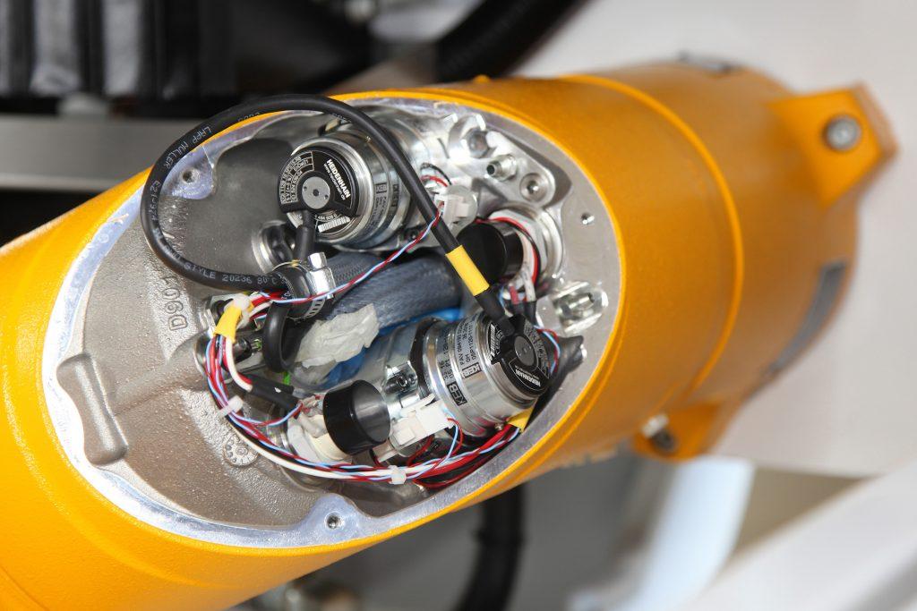 Roboter mit Feingefühl: In jeder Achse des Roboterarms ermitteln induktive Heidenhain-Drehgeber vom Typ EQI 1100 die aktuelle Position. (Bild: Dr. Johannes Heidenhain GmbH)
