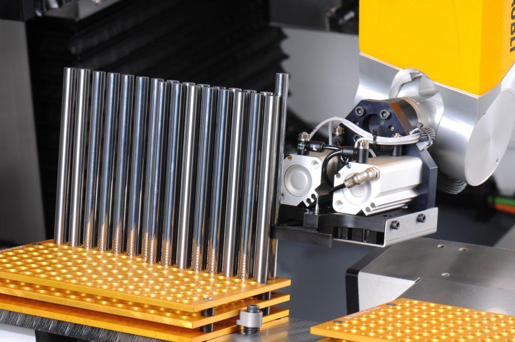 Roboter mit Feingefühl: Um auf der dicht bestückten Palette - hier für 150 Werkzeuge mit Durchmesser 10 mm - ein Werkzeug zu greifen, muss der Roboterarm ganz genau geführt werden. (Bild: Dr. Johannes Heidenhain GmbH)