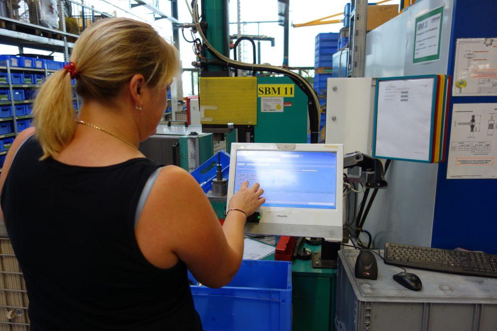 BDE-Rückmeldung über ein PC-Terminal | BDE-Einführung bei der Lessmann GmbH: Papierlos auf Erfolg gebürstet