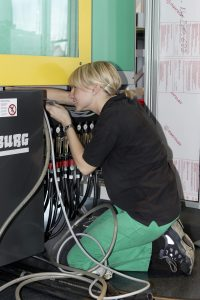 Servicetechnikerin bei Arbug (Bild: Arburg GmbH + Co. KG)