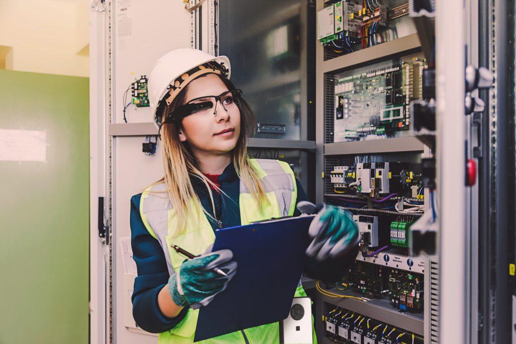 Datenbrillen bieten für die Industrie unterschiedliche Vorteile- beispielsweise können zusätzliche Informationen wie etwa Anleitungen abgerufen werden. (Bild: Dynabook Europe GmbH)