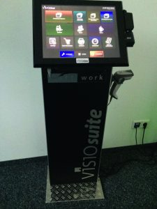 Senor-System auf Standfuß mit Handscanner und Visiotime (Bild: Softwork GmbH und Co. KG)