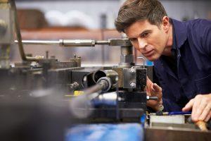 Eine Software zur Produktionsplanung ist besonders wichtig, wenn etwas im Werk gerade nicht glatt läuft. Um die Qualität der eingesetzten Instrumente einzuschätzen, lohnt also der Blick auf das System, wie es auf eine kleinere Störung reagiert. (Bild: ©Monkey Business/Fotalia.com)