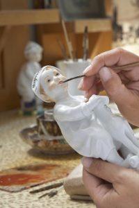 Arbeitsvorgänge wie Brennen oder Malen wiederholen sich je nach Produkt mehrmals, sodass der Abschluss eines einzelnen Arbeitsvorgangs nicht automatisch einen Wiederbeschaffungsvorgang auslösen darf. (Bild: Staatliche Porzellan-Manufaktur Meissen GmbH)