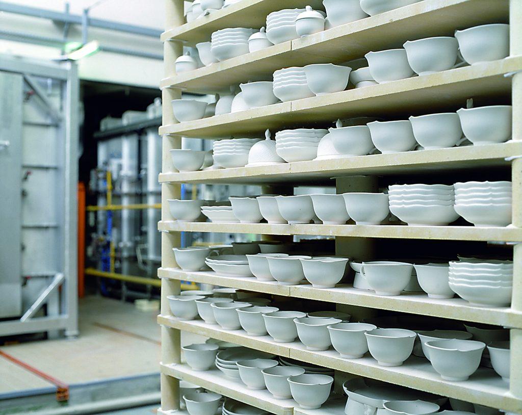 Große Chargen: Der Brennprozess hat Einfluss auf die Durchlaufzeiten und Bestände eines jeden einzelnen Produktes. (Bild: Staatliche Porzellan-Manufaktur Meissen GmbH)
