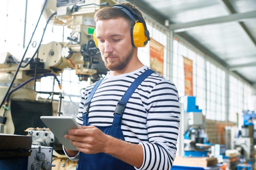 Sollen die Werker das MES später mobil nutzen? Anforderungen wie diese sollten bereits bei der Auswahl einer Lösung berücksichtigt werden. (Bild: ©seventyfour/Fotolia.com)