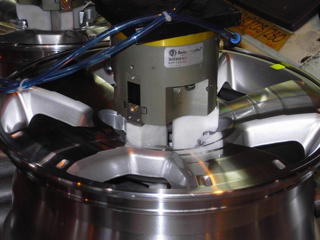 Greifer mit drei Backen, um ein rundes Teil zu fassen. Finger aus Plastik verhindern Kratzer. (Bild: Destaco Europe GmbH)