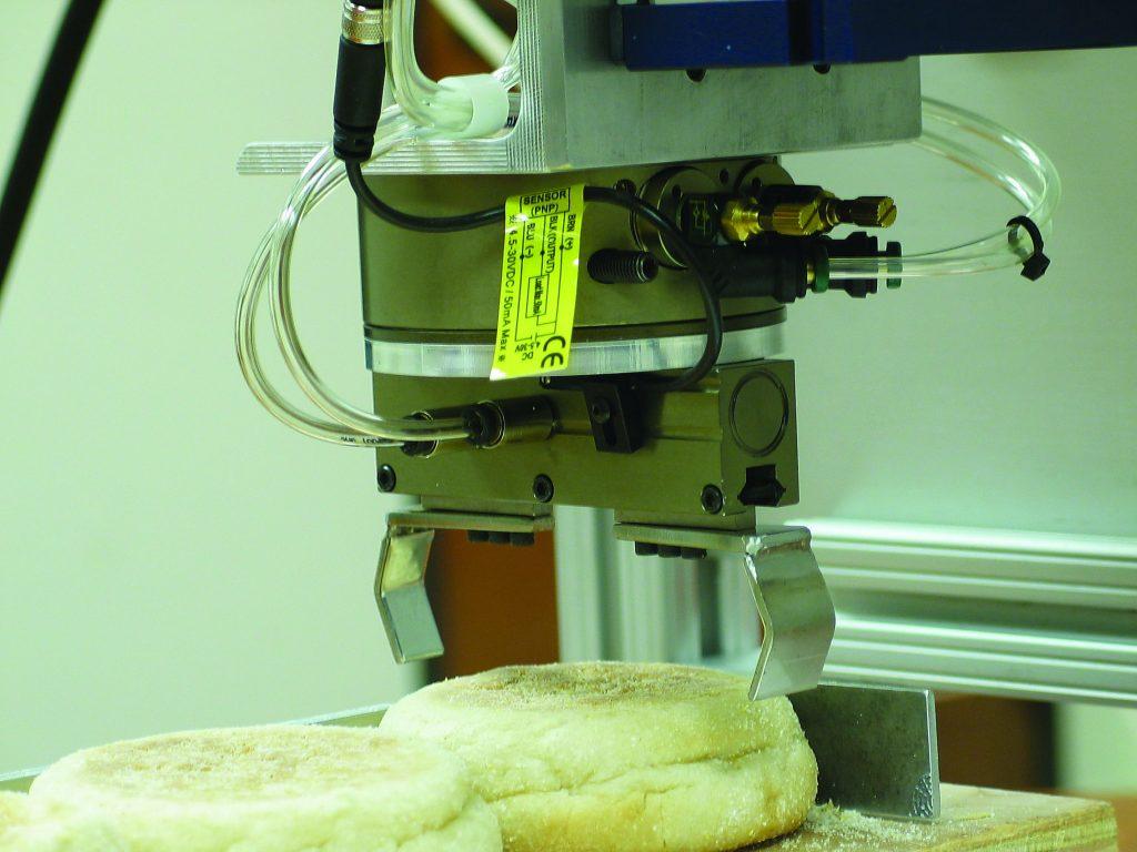 Greifer mit zwei parallelen Backen beim Einsatz in der Lebensmittelindustrie. (Bild: Destaco Europe GmbH)
