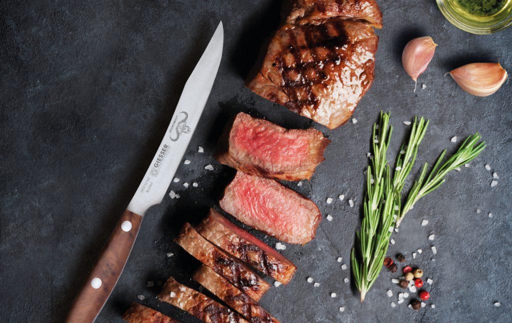 In der Johannes Giesser Messerfabrik entstehen täglich mehr als 8.000 Profimesser für Gastronomie und Lebensmittelindustrie. (Bild: Giesser Messerfabrik GmbH)