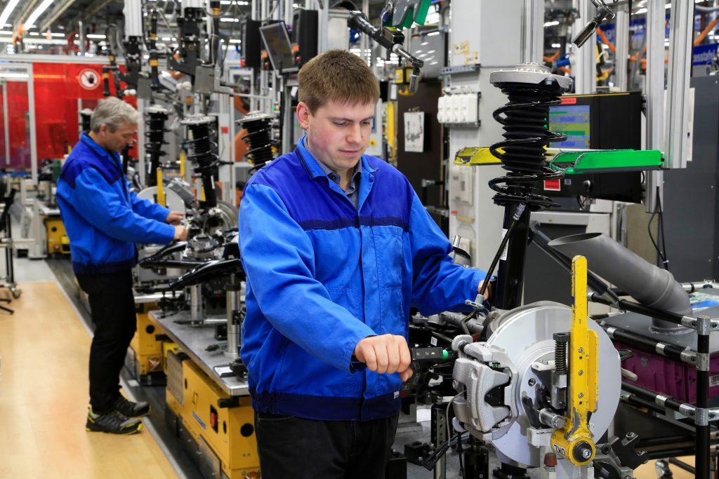 Mit mechatronischen Produktionsschlüsseln werden im BMW-Werk Regensburg die Bremsschläuche an den PKW-Achsen von Hand verschraubt. Die Anziehergebnisse sind rückverfolgbar dokumentiert. (Bild: Atlas Copco Tools Central Europe GmbH)