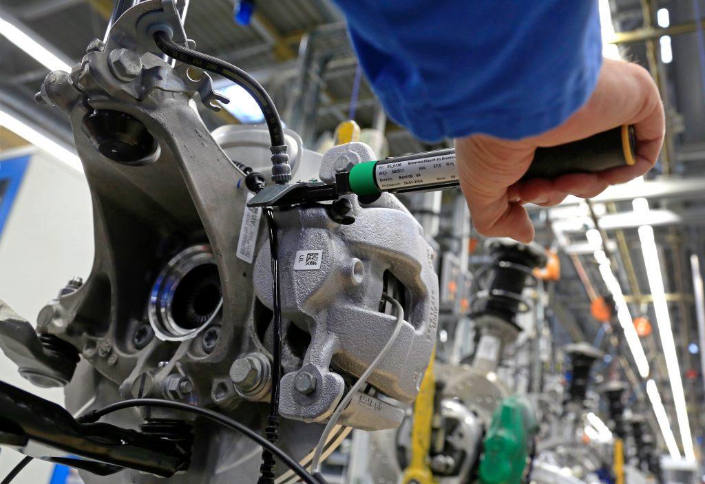 Mit den präzisen MWR-Produktionsschlüsseln werden im BMW-Werk Regensburg die Bremsschläuche an den PKW-Achsen von Hand verschraubt. Die Anziehergebnisse sind dank Smart Connected Assembly rückverfolgbar dokumentiert. (Bild: Atlas Copco Tools Central Europe GmbH)