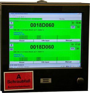 Ein Display im Sichtfeld des Werkers informiert über das Montageergebnis. Grünes Licht und die Zahlenwerte bestätigen: Hier wurden die Sollvorgaben – 17 Newtonmeter Drehmoment und Anziehwinkel zwischen 10 und 100 Grad – bei den Bremsleitungsverschraubungen eingehalten. Per Datenfunk werden alle Anziehresultate der akkugespeisten MWR-Schrauber an die Focus-61-Steuerung und in das übergeordnete Produktionsleit- und Steuersystem von BMW übermittelt, über die Fahrzeugidentifikationsnummer (VIN) mit dem jeweiligen Auto verheiratet und durchgängig dokumentiert.  (Bild: Atlas Copco Tools Central Europe GmbH)