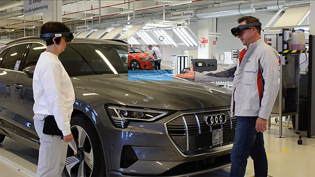 Mitarbeiter bekommen die digitalen Informationen punktgenau am realen Objekt angezeigt, mittels Augmented Reality über die Microsoft HoloLens. (Bild: Viscopic GmbH)