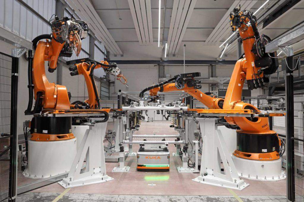 Fertigungszelle mit AGV in einer Matrix-Produktion (Bild: Kuka AG)