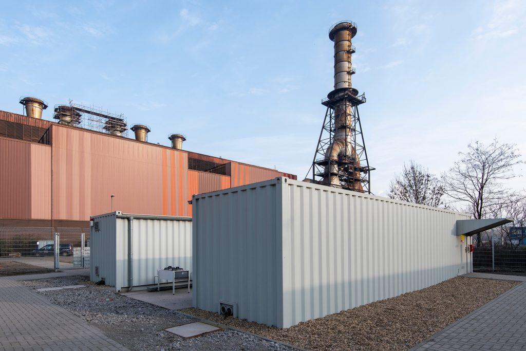 Thyssenkrupp Steel nutzt zum Aufbau von Edge-Infrastrukturen robuste ITContainer von Rittal. Die Container sind durch ihre Stahlbauweise sehr sicher, verfügen über eine wetterfeste Ummantelung und lassen sich auch im Außenbereich aufstellen. (Bild: Rittal GmbH & Co. KG)
