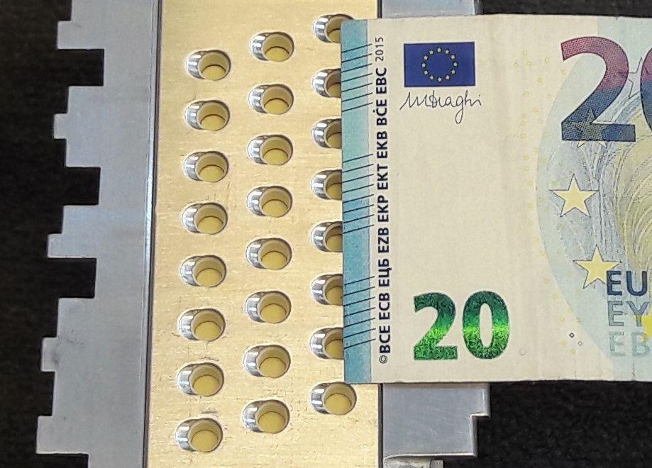 Eine Anordnung von 24 Sendern, mit denen akustische Ultraschallsignale durch Banknoten gesendet werden. Hier wird ein 20-Euro-Schein geprüft. (Bild: Comsol Multiphysics GmbH)
