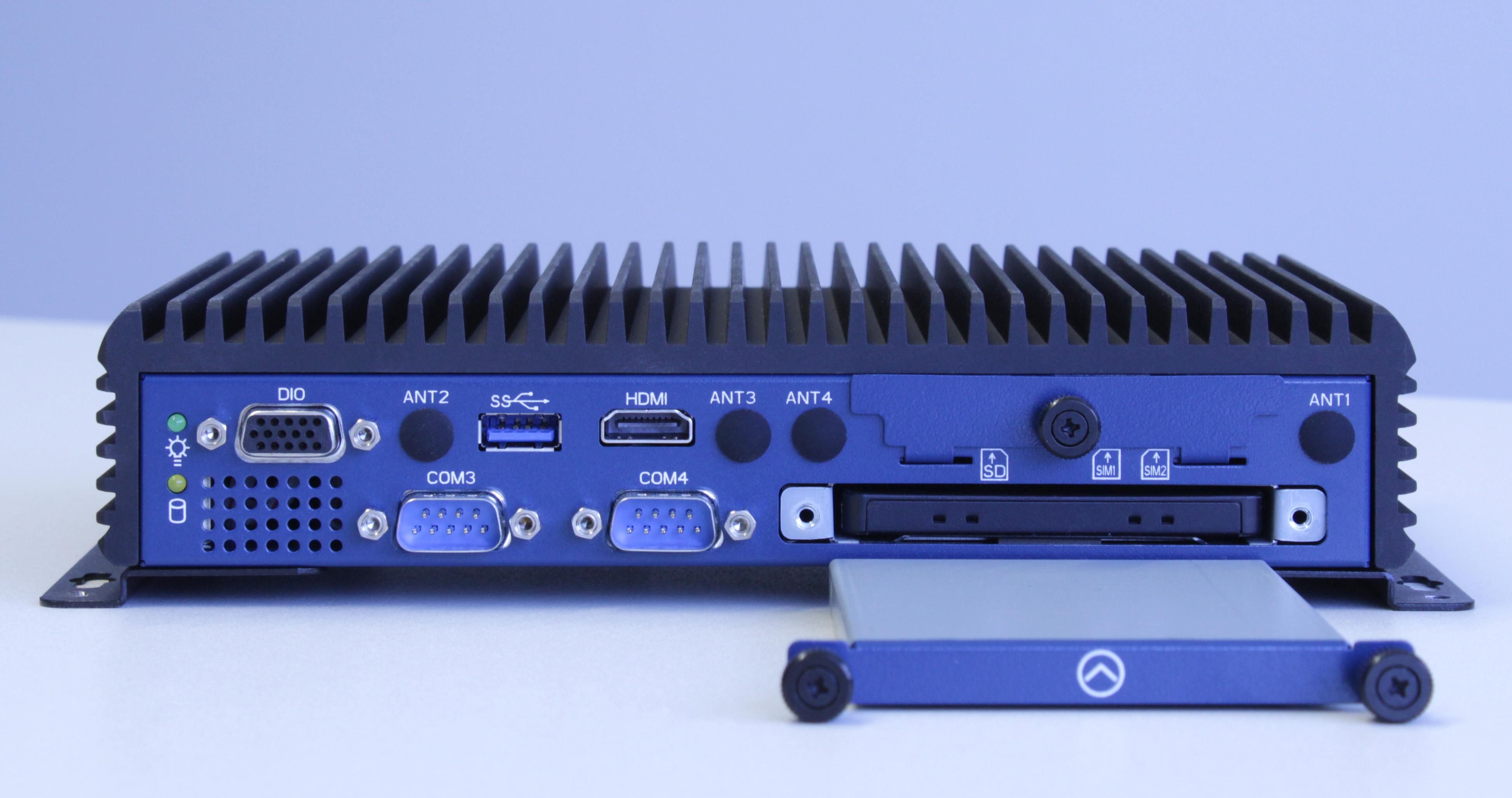 Anwender profitieren vom lüfterlosen, wartungsfreien Design der neuen Industrie-PC-Serie EmbeddedLine EL1093, bei dem man auf den Laufwerkschacht werkzeuglos zugreifen kann. (Bild: TL Electronic GmbH)