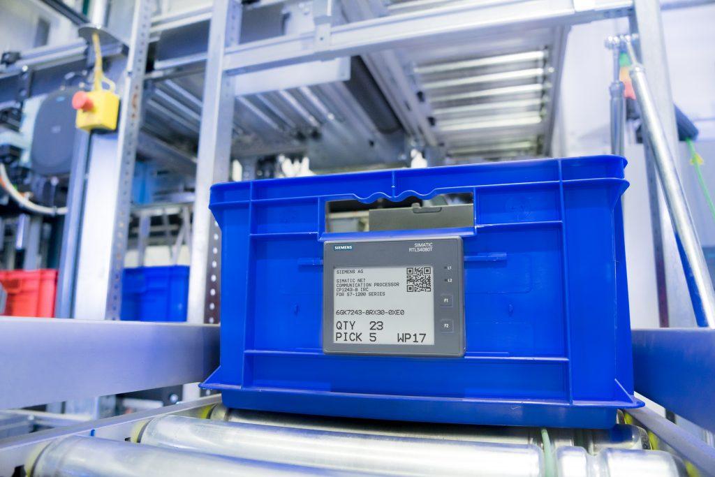 Die ePaper-Display-Transponder von Simatic RTLS ermöglichen neuartige Interaktionen zwischen Mensch und Maschine. (Bild: Siemens AG)