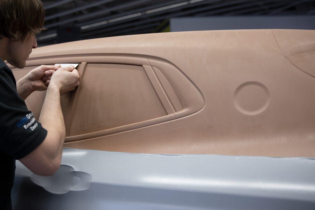 Arbeiten am Clay-Modell des BMW X2 (Bild: BMW Group)