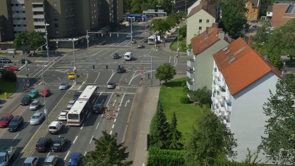 Eine Kreuzungssituation wie diese stellte den Entwickler von V2X-Anwendungen vor das Problem, dass zum Testen seiner Anwendung sowohl die erforderlichen Infrastrukturkomponenten als auch die anderen Verkehrsteilnehmer nicht verfügbar waren. (Bild: Nordsys GmbH)