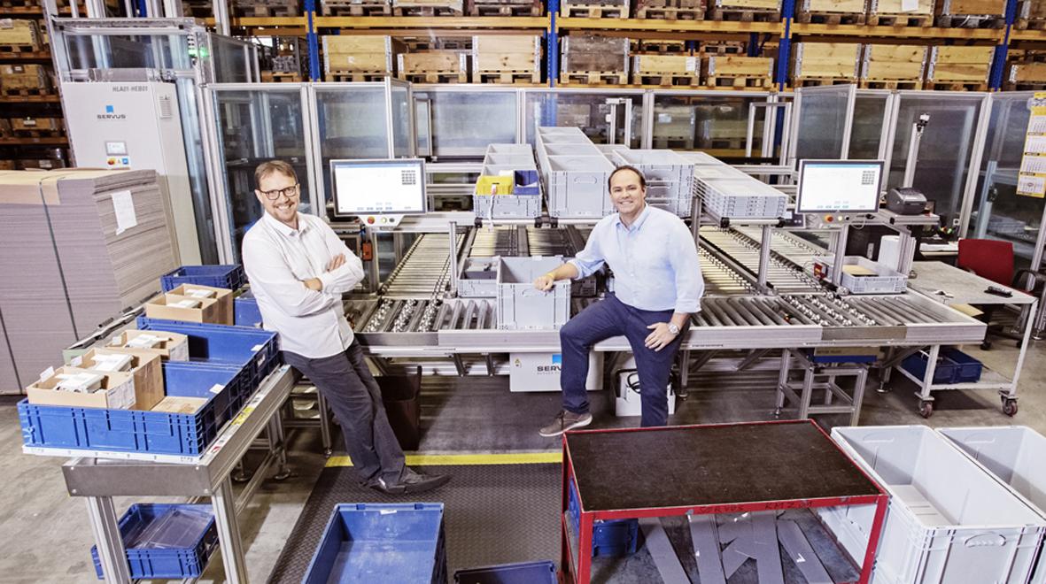 Thomas Blum (r.), Operations Manager, und Thomas Düringer (l.), IT Manager, bei KRAL. (Bild: ©Daniela Glunz/Cosmo Consult SSC GmbH)