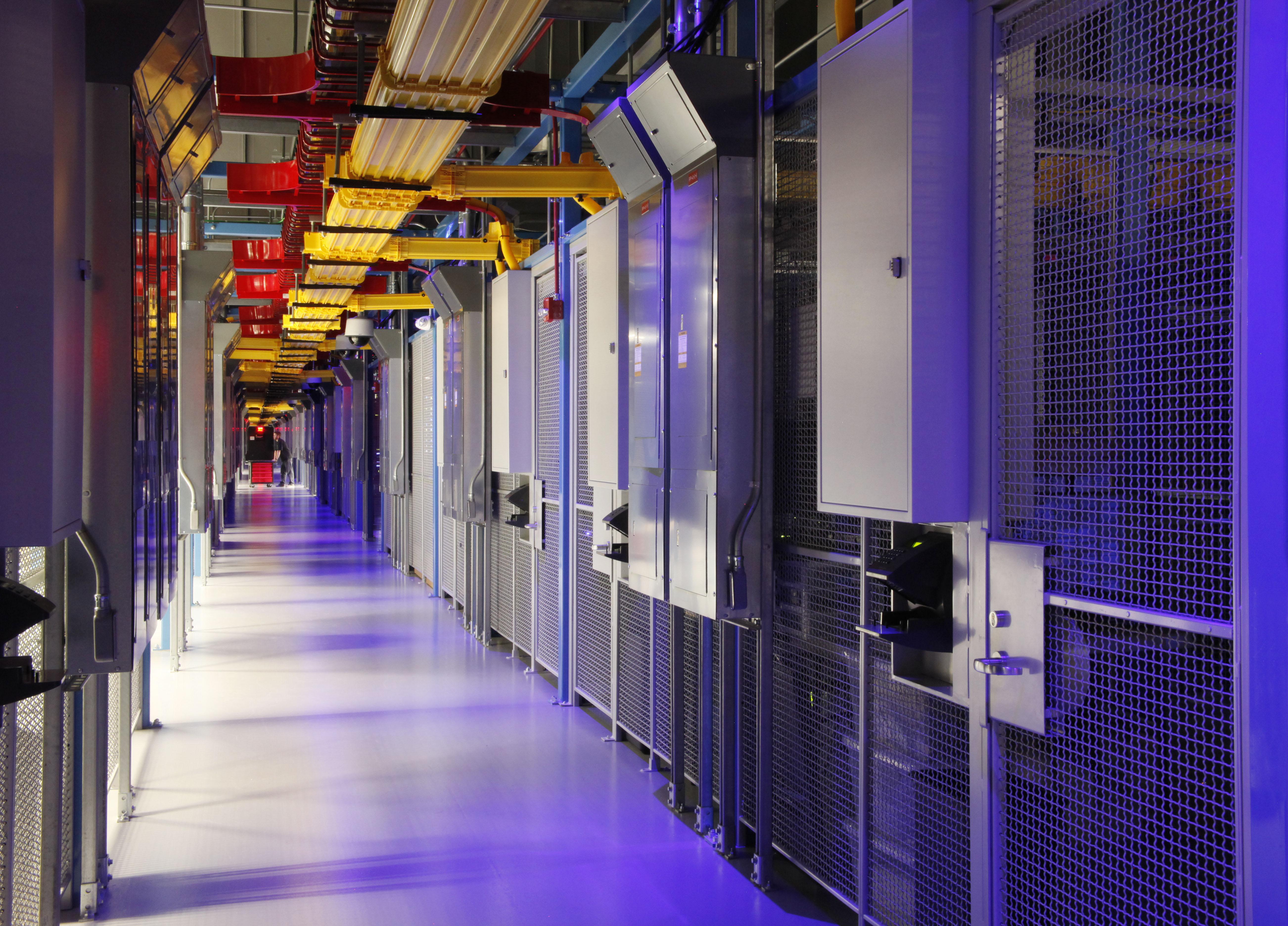 Innerhalb von Rechenzentren vernetzen sich Unternehmen, Cloud- und Service-Provider zu 'digitalen Ökosystemen'. Diese erleichtern den ortsunabhängigen, schnellen und sicheren Austausch kritischer Daten zur Umsetzung komplexer IoT-Anwendungen. (Bild: Equinix Germany GmbH)