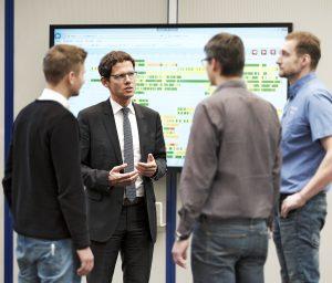 Christian Kurtenbach in einer Teambesprechung vor dem MES-Studio (Bild: Gebr. Heller Maschinenfabrik GmbH)