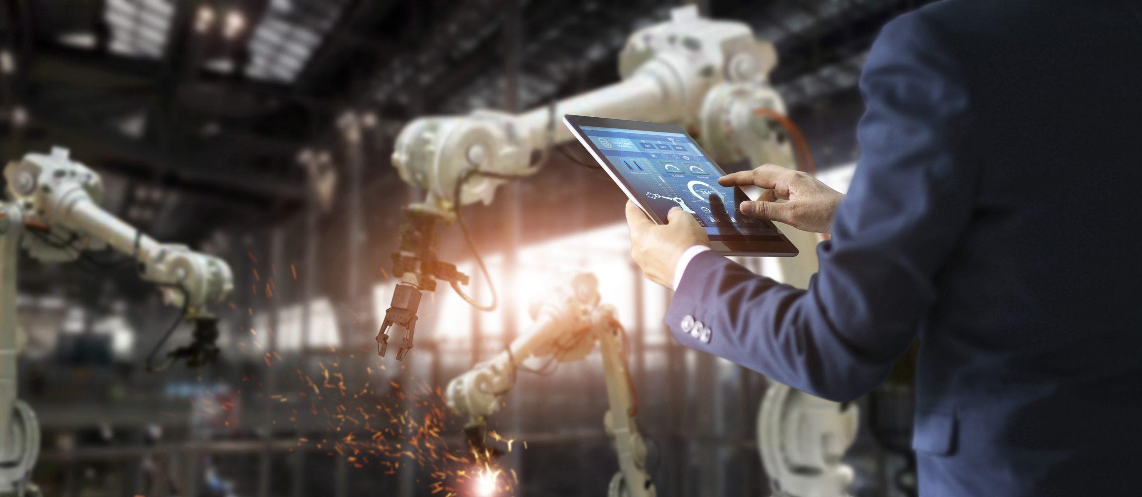 IT-Management per Dashboard -Blick in eine 'Smart Factory' (Bild: ©ipopba/gettyimages.de)