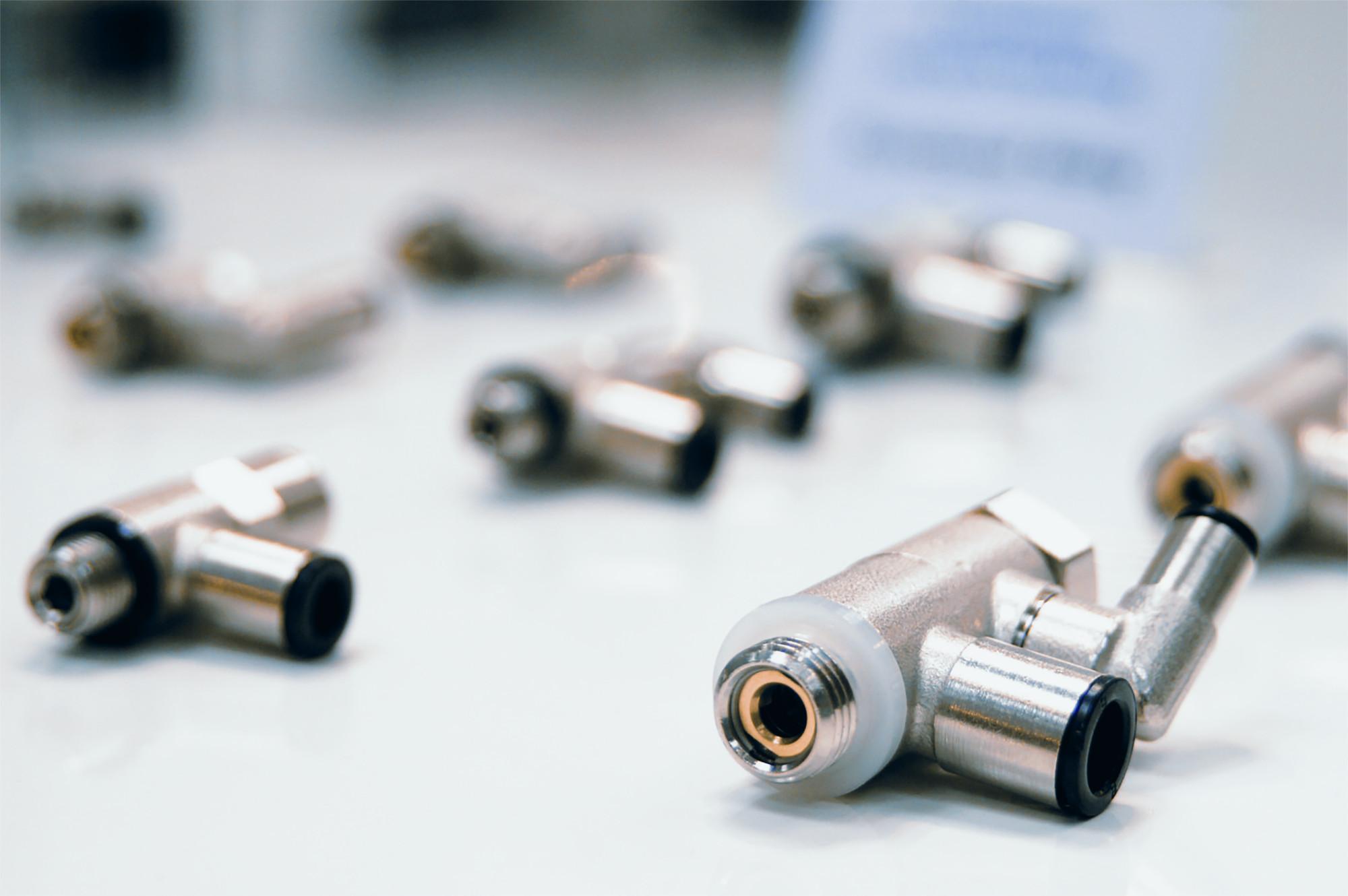 Zum Produktportfolio der ITV GmbH zählen Steckverbindungen, Fittings, Schalldämpferkupplungen, Schläuche, Wartungseinheiten, Kugelhähne, Magnetventile sowie individuelle Sonderlösungen. (Bild: ITV GmbH)