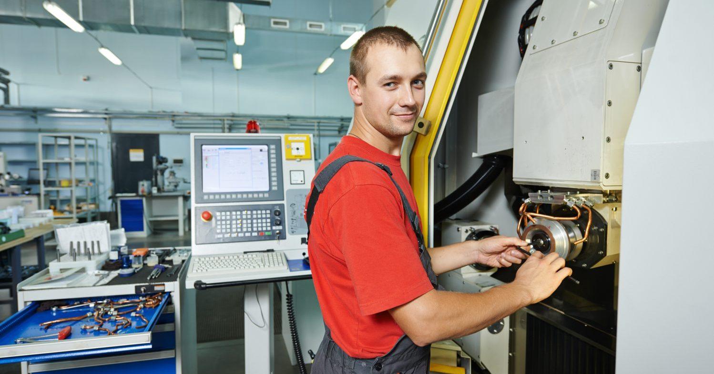 Rüstvorgänge sind in der Fertigung an der Tagesordnung und nehmen oft viel Zeit in Anspruch. (Bild: ©Kadmy/stock.adobe.com)