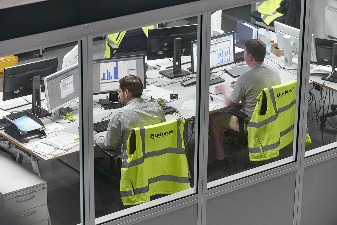 Ein Logistik-Mitarbeiter prüft den Status der Auftragsabarbeitung (Bild: Bosch Rexroth AG)