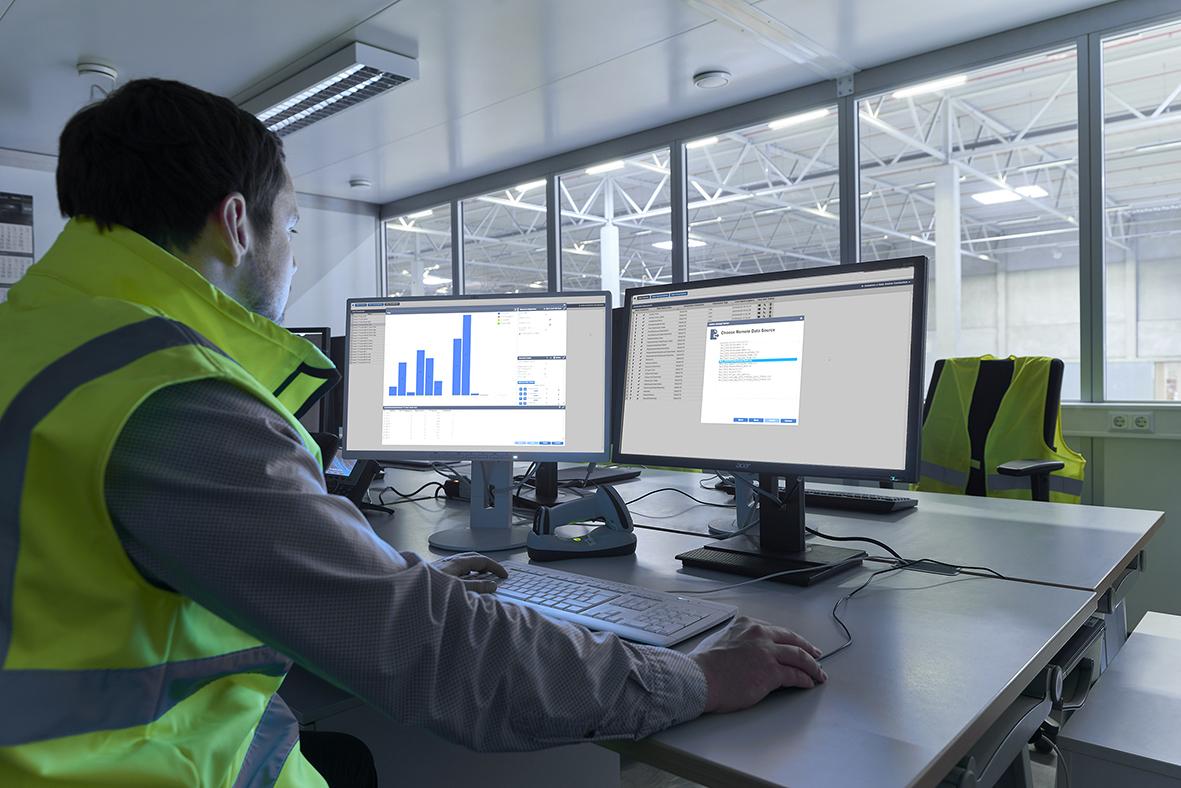Ein Logistik-Mitarbeiter erstellt die Datenanbindung an SAP EWM per App in drei Schritten: Datenquelle importieren, Daten harmonisieren und dann visualisieren. (Bild: Bosch Rexroth AG)