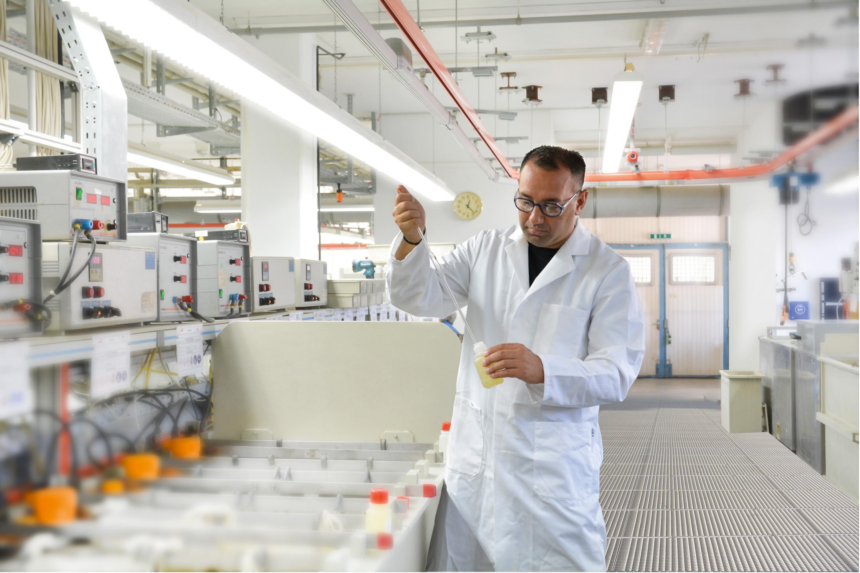 Ständige Analysen im eigenen Labor für gleichbleibende Badgüter (Bild: Jentner Plating Technology GmbH)