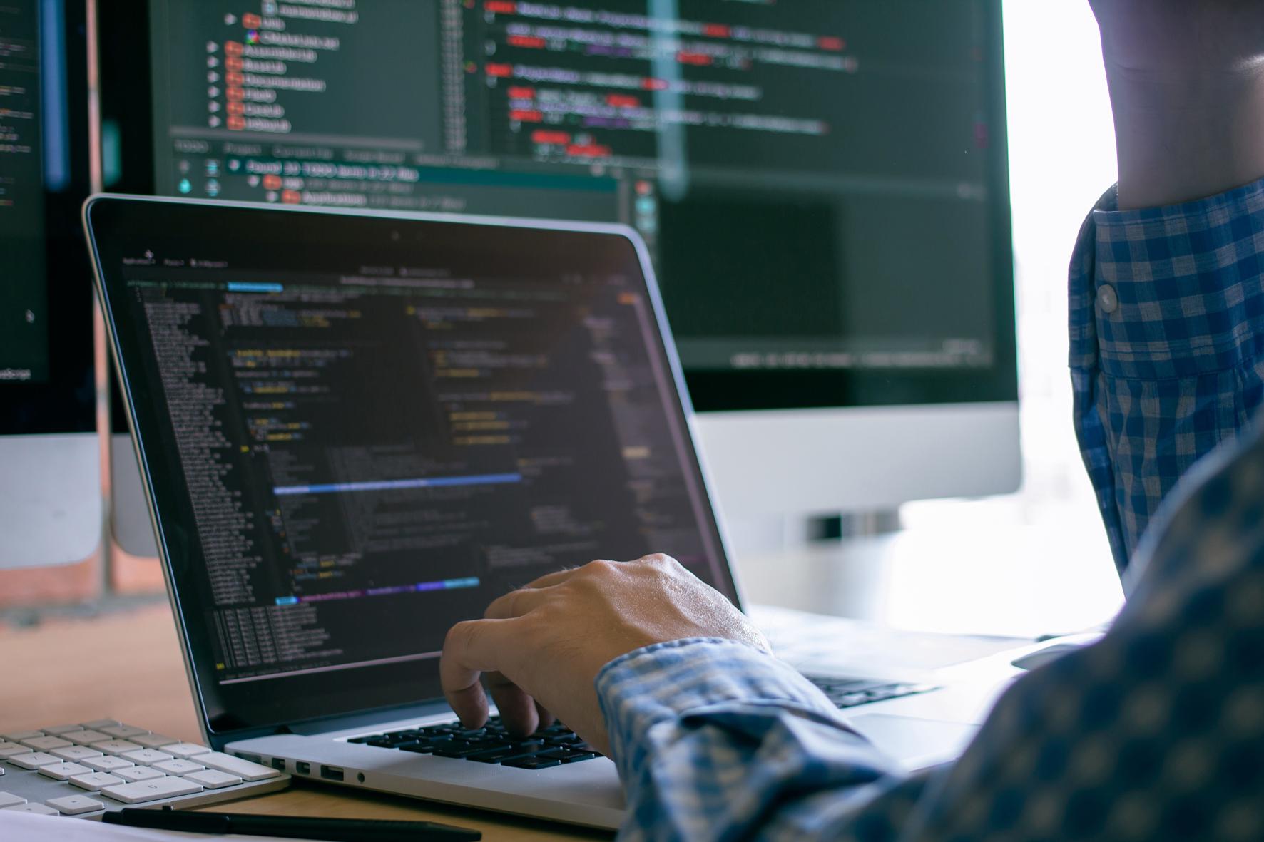 Im Joint Venture TXOne Networks erarbeiten Trend Micro und Moxa Anwendungen für die industrielle IT-Sicherheit. (Bild: ©dekdoyjaidee/stock.adobe.com)