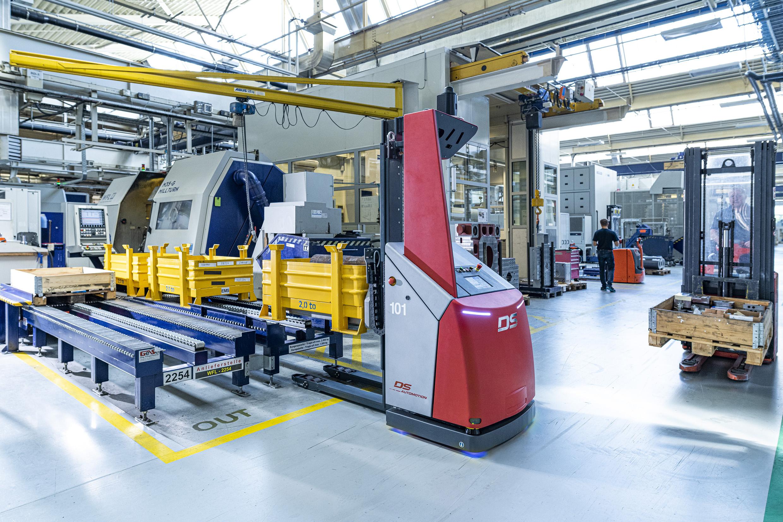 Das Fahrerlose Transportsystem musste sich der vorhandenen Infrastruktur anpassen. An den Sägen wie an den Bearbeitungsmaschinen teilen sich die FTF die Übergabestationen auch weiterhin mit bemannten Staplern. (Bild: DS Automation GmbH / Nik Fleischmann)
