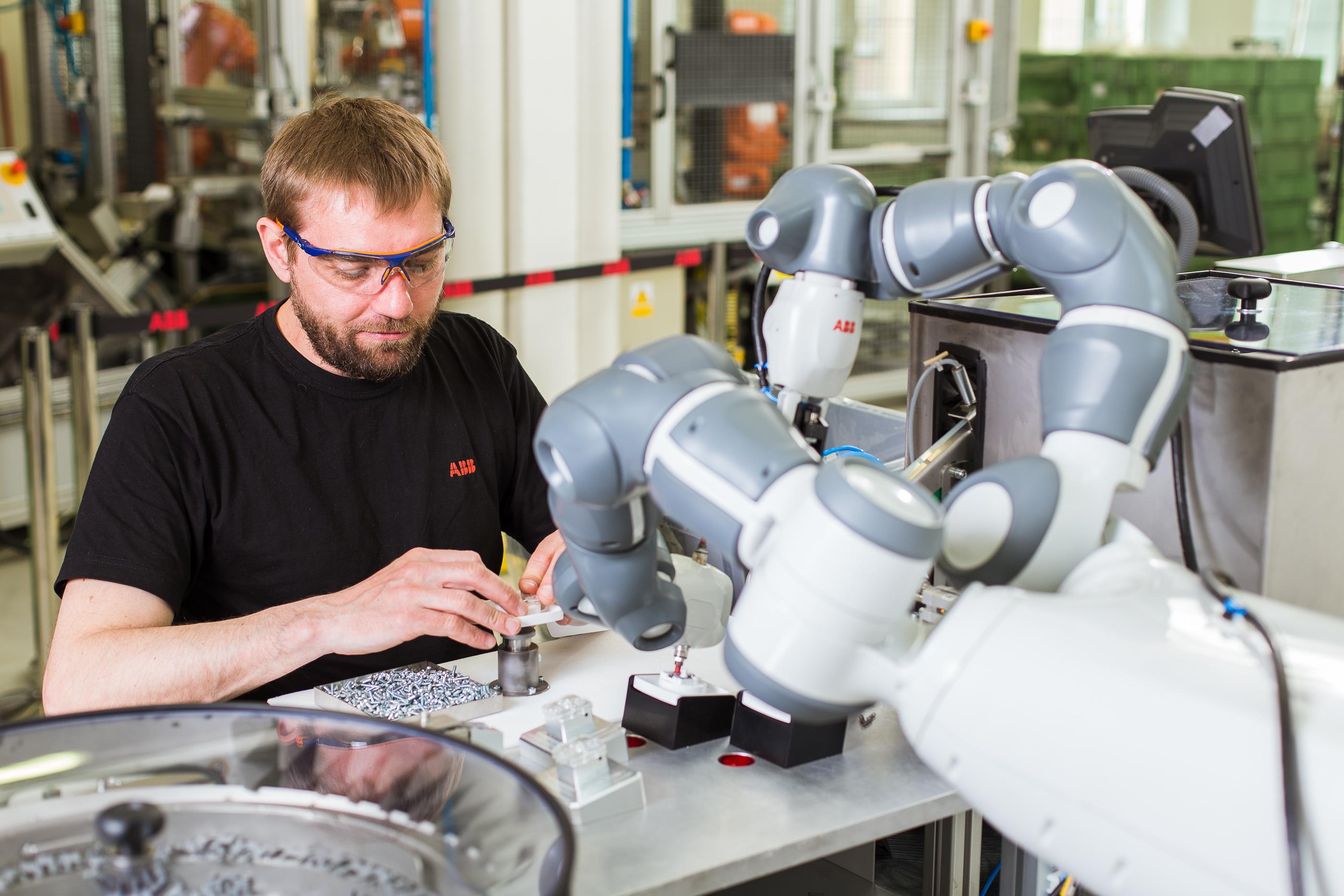 Hand in Hand mit den Mitarbeitern sorgt der kollaborative Roboter YuMi im Montageprozess für eine bessere Teilequalität und Arbeitsplatzergonomie. (Bild: ABB Automation GmbH)