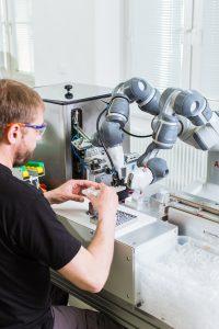 Bei ABB Elektro-Praga umfasst eine kollaborative Arbeitsstation YuMi, einen Mitarbeiter sowie Sensorvorrichtungen, Förderbänder, Vibrationsförderer und eine Feder-Entflechtungsanlage. (Bild: ABB Automation GmbH)