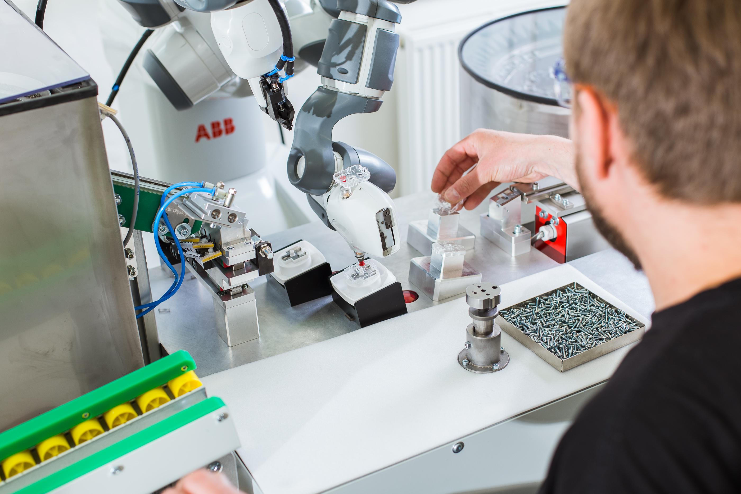Der kollaborative Zweiarmroboter YuMi lässt sich flexibel und einfach in den Produktionsprozess integrieren. (Bild: ABB Automation GmbH)