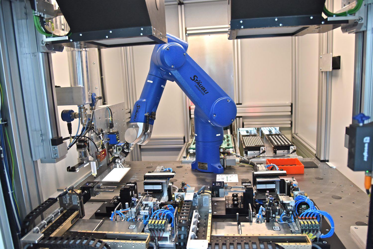 Die Roboterzelle verfügt über zwei identische Justagestationen für die hochgenaue Ausrichtung der Linsen. (Bild: Stäubli Tec-Systems GmbH)