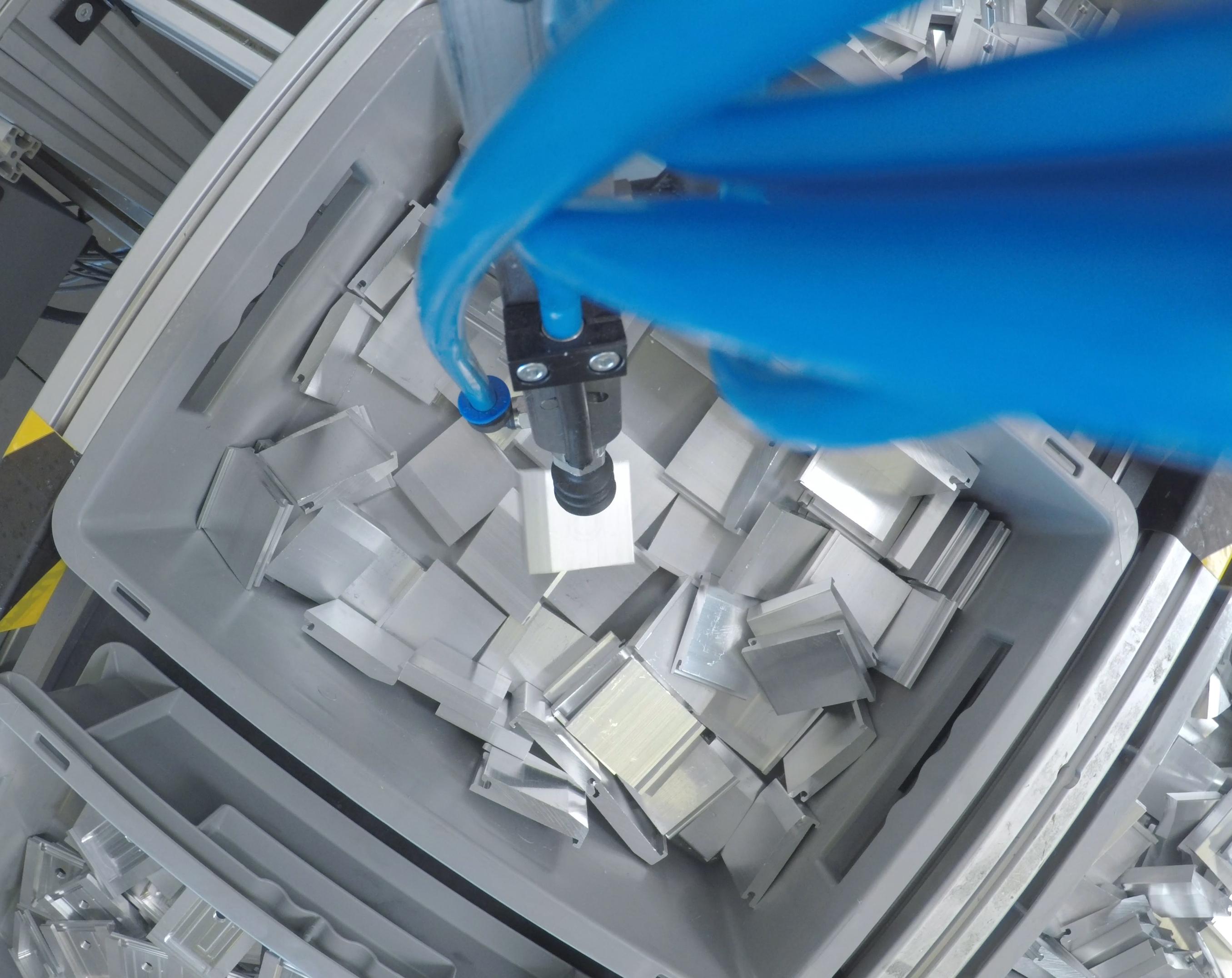 Das 3D-Kamerasystem befähigt den Cobot zum Sehen. So weiß er, wie er die Teile aus der Kiste entnehmen muss. (Bild: Universal Robots (Germany) GmbH)