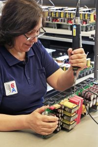In den modularen Spannungsversorgungseinheiten von EA sind je nach Modell bis zu 75 funktions- und sicherheitskritische Schraubverbindungen präzise anzuziehen. (Bild: Atlas Copco Tools Central Europe GmbH)