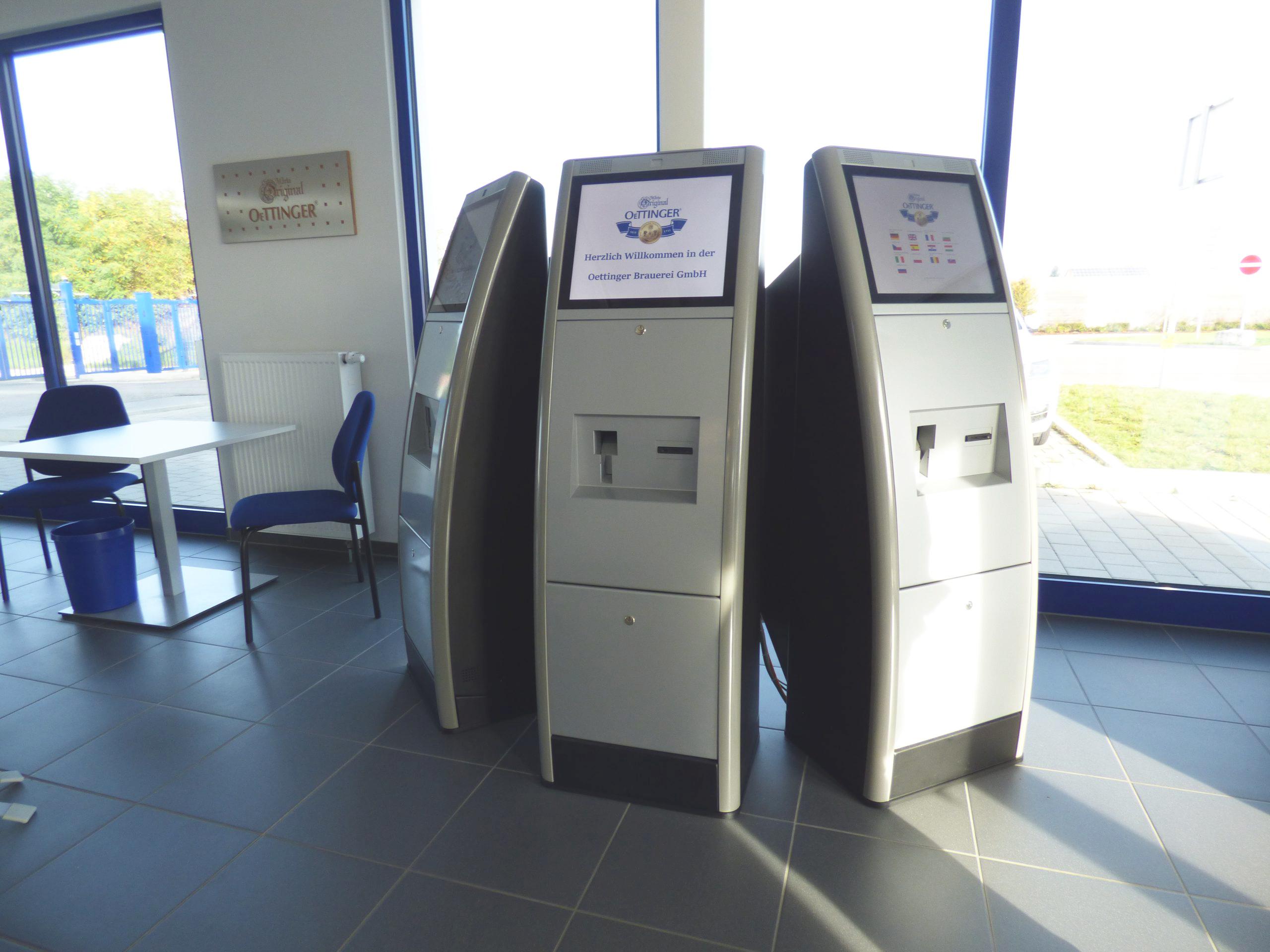 Die drei Check-in-Terminals im Eingangsbereich bedienen die zahlreichen Besucher. (Bild: Digital Zeit GmbH)
