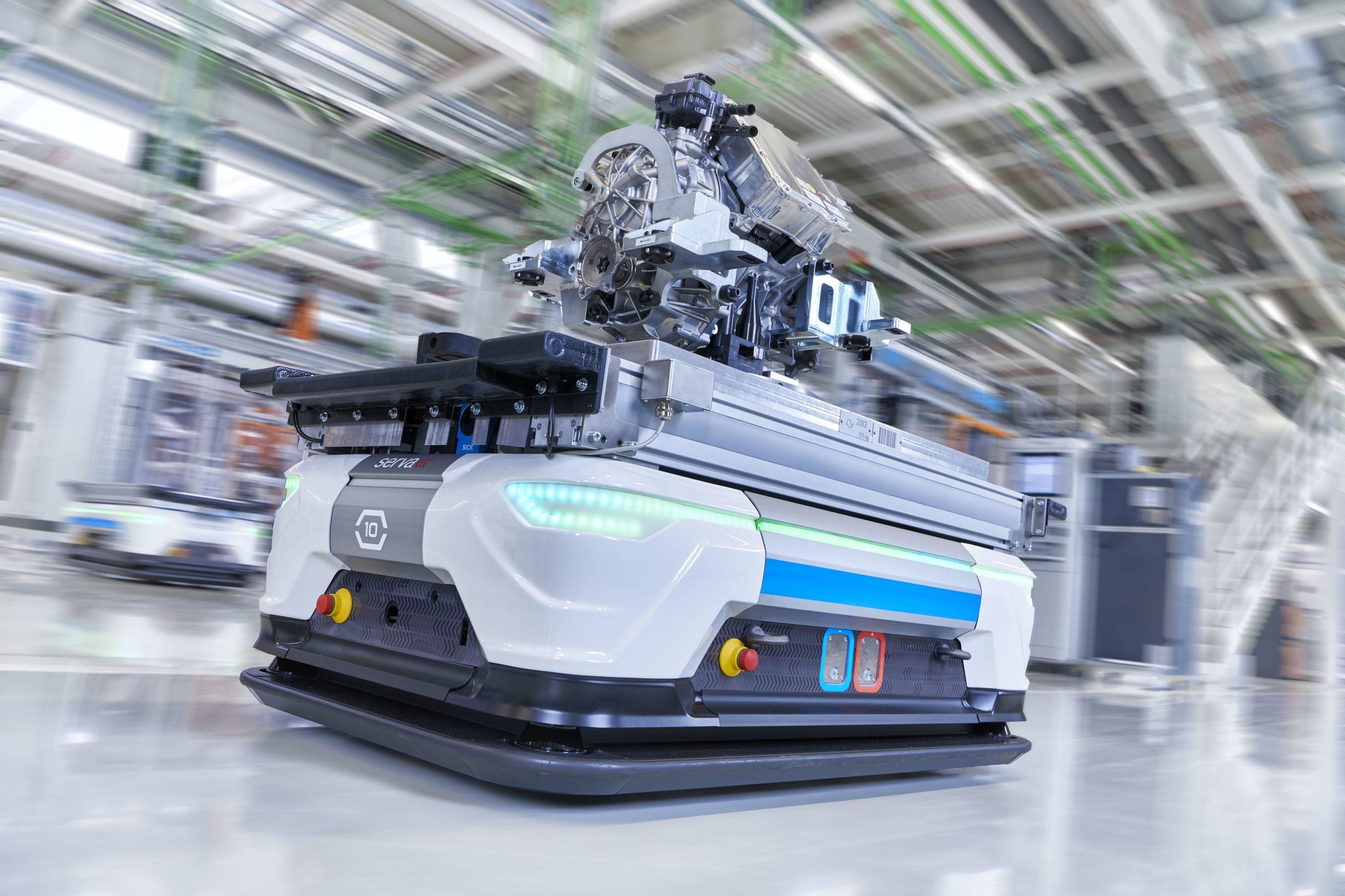 Fahrerloses Transportfahrzeug mit fertigem Elektromotor (Bild: Audi AG)