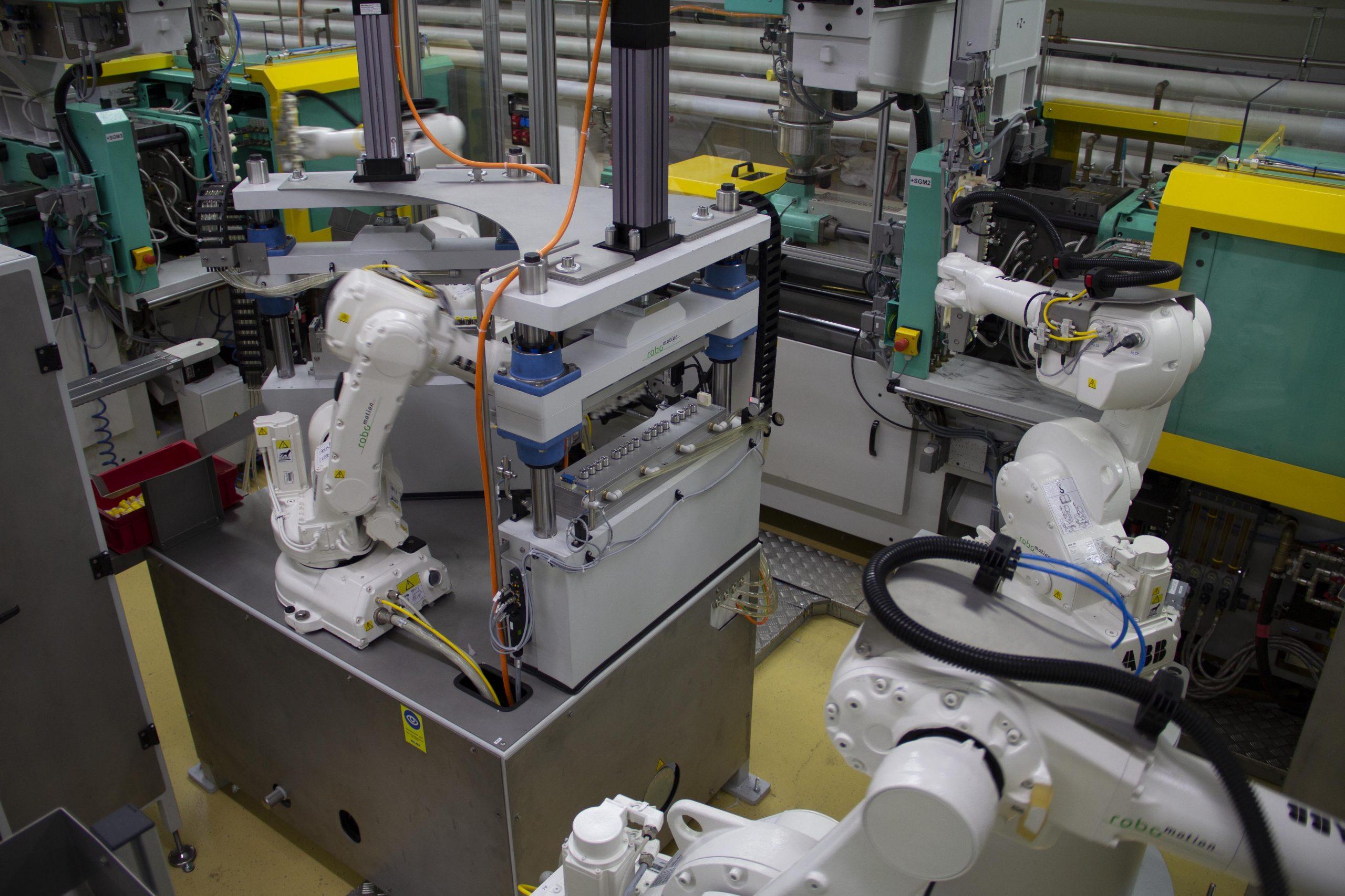 Beim Handling helfen Roboter. (Bild: MPDV Mikrolab GmbH)