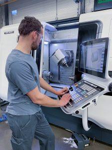 Maschinenbediener Peter Voorsluis fertigt auf der CTX Beta 800 TC medizintechnische Instrumente und Bauteile für Röntgenröhren. (Bild: DMG MORI Global Marketing GmbH)