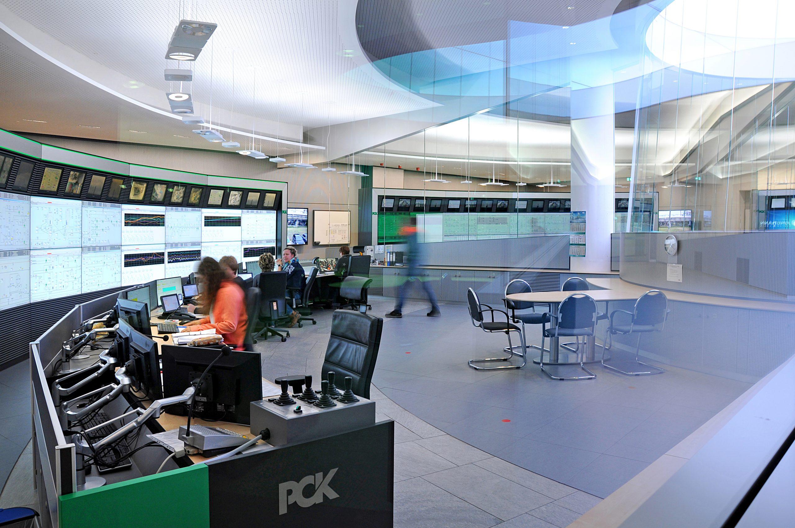 Jungman installierte neben sechs Fahrständen mit insgesamt 25 Bedienplätzen und 78 Monitoren auch Großbildwände mit mehr als 100 Displays, die für die Steuerung der Anlagen eingesetzt werden. (Bild: Jungmann Systemtechnik GmbH & Co. KG)