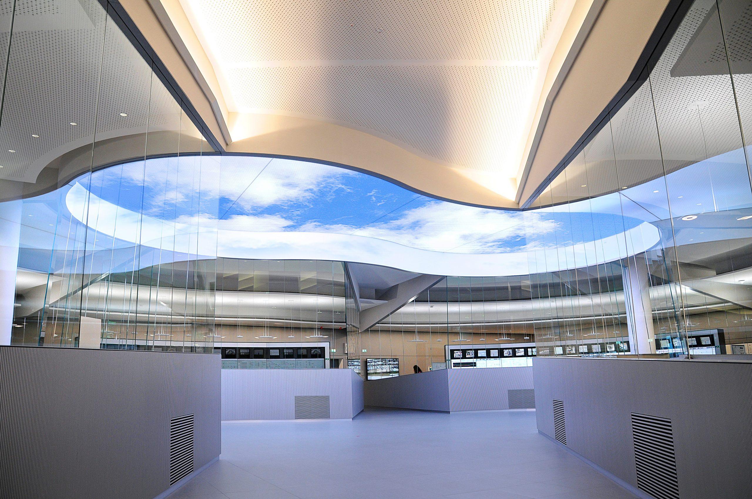 Aus Sicherheitsgründen gibt es keine Fenster im Kontrollraum. Stattdessen verbessert eine 105 Quadratmeter große Lichtdecke das Arbeitsklima für die rund 125 Anlagenbediener. (Bild: Jungmann Systemtechnik GmbH & Co. KG)