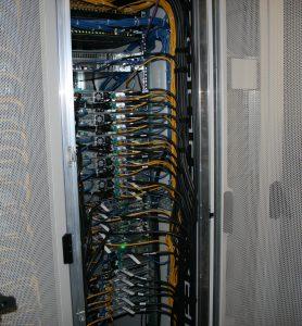 Der Bayreuther Supercomputer btrzx4 besteht aus miteinander verbundenen Rechenknoten in speziellen Serverracks. (Bild: Universität Bayreuth)