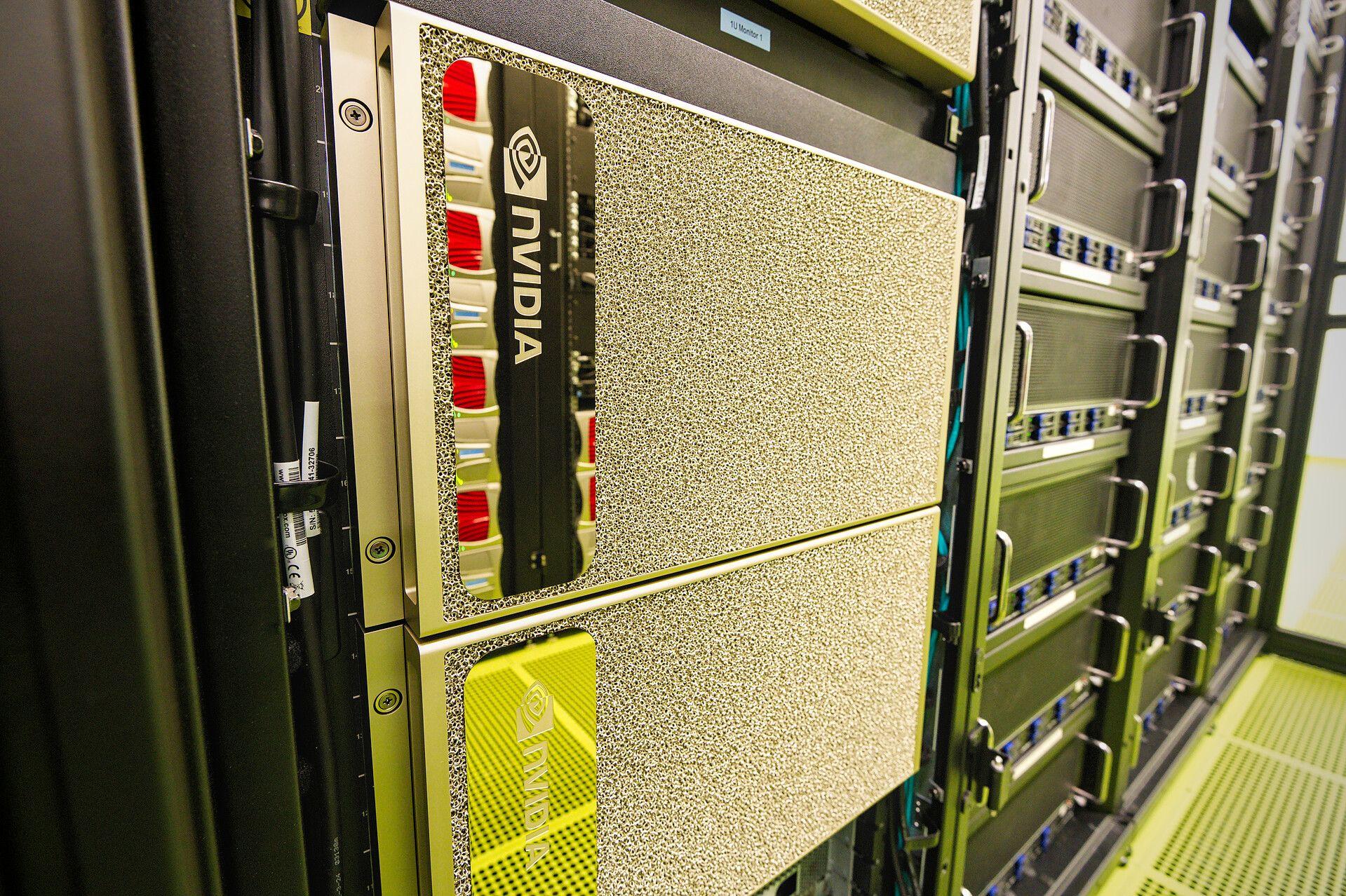 Bei den neuen Computersystemen vom Typ DGX A100 handelt es sich um Hochleistungsserver mit jeweils acht Nvidia A100 Tensor Core GPUs. Gemeinsam erbringen die acht Beschleuniger eine Rechenleistung von 5 AI-PetaFLOP/s, also fünf Billiarden Rechenoperationen. (Bild: Simon Raffeiner/SCC)