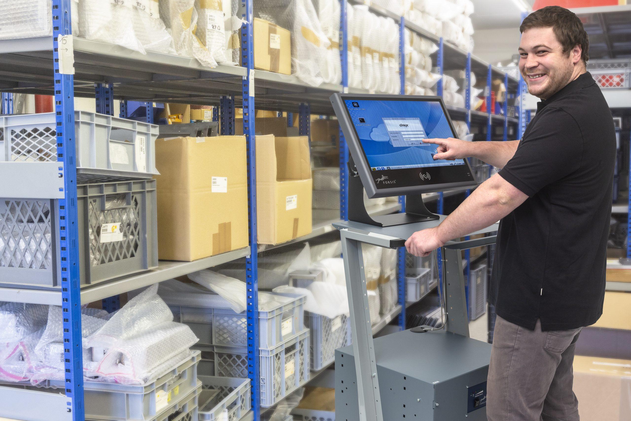 Bereit zur digital geführten Teilentnahme: Mitarbeiter bei der Anmeldung an mobilem Arbeitsplatz. (Bild: Forsis GmbH)